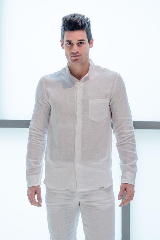 Para los hombres, las camisas y pantalones de lino siguen siendo un clásico.