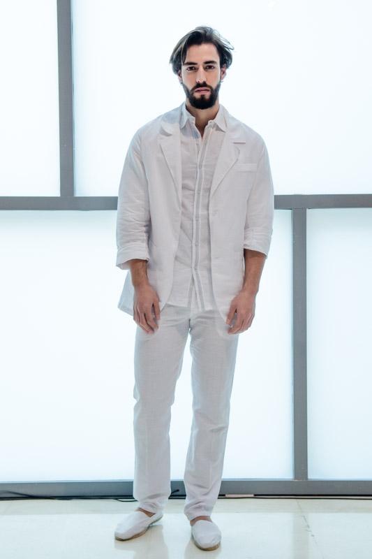 Camisa, chaqueta y pantalón blanco: un look muy mediterráneo