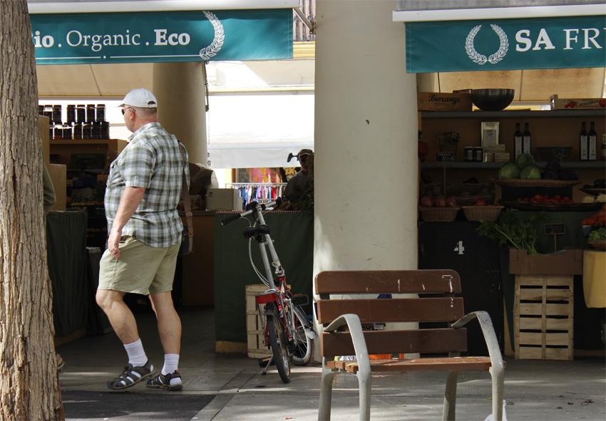 Un clásico atemporal: guiri con chanclas y calcetines, paseando por la Plaza del Mercado Viejo.